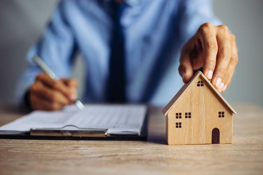 Ustawa o gospodarce nieruchomościami na stole, a także najważniejsze informacje o tym, co reguluje ta ustawa, czyli pośrednictwo, gospodarowanie nieruchomosciami oraz własności