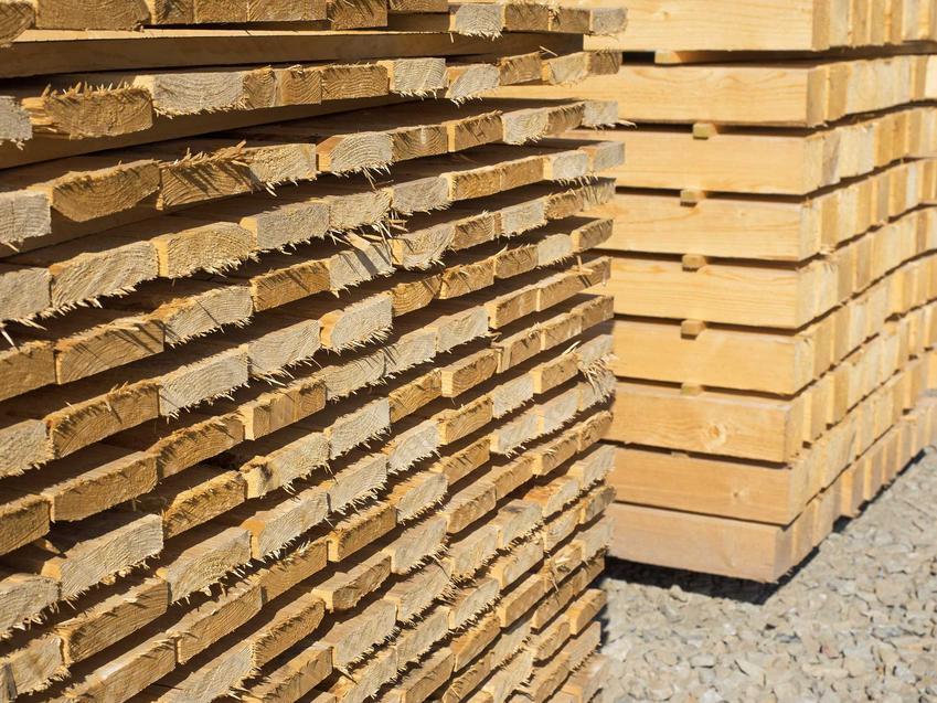 Domy drewniane często buduje się z krajowego drewna. Drewno na dom musi być stabilne i ciepłe, na dodatek odpowiednio przygotowane i mało żywiczne.