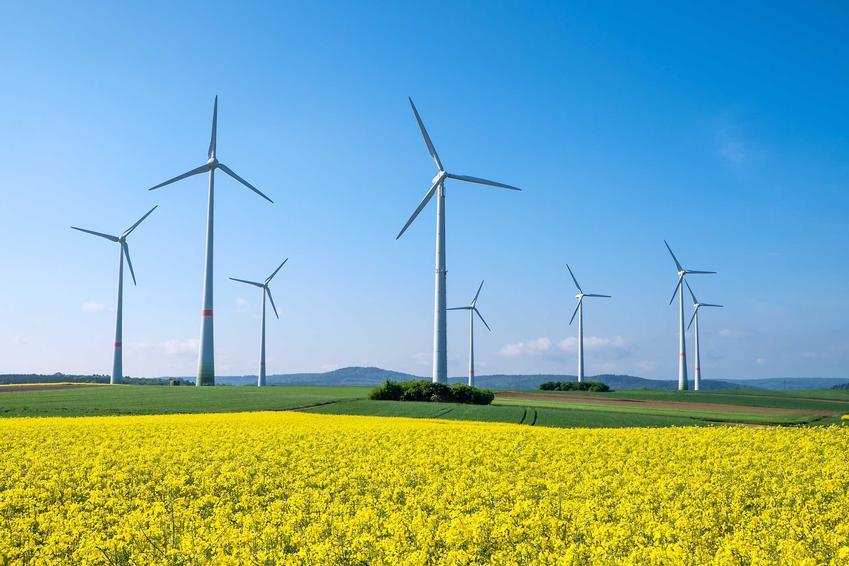 Wiatraki na farmie wiatrowej, a także najważniejsze informacje, czyli opis, zasady działania, wady i zalety