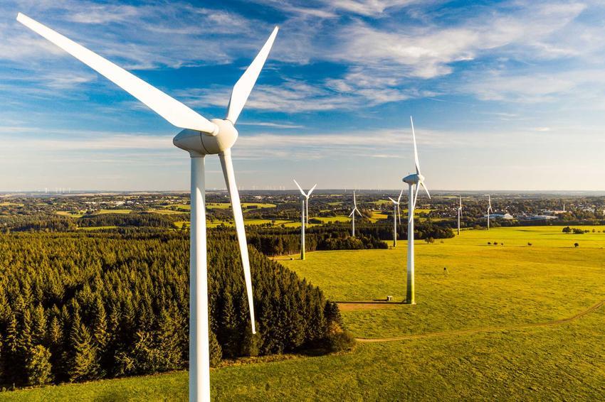 Wiatraki stojące na farmie wiatrowej, a także informacje, opinie, zasady działania, wady i zalety