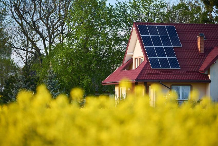 Panele monokrystaliczne na dachu domu jednorodzinnego, a także informacje o ich działaniu, opinie użytkowników, opis oraz ceny i koszt instalacji