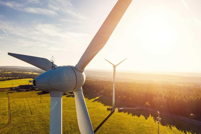 Wiatrak na tle fermy wiatrowej, a także informacje o źródłach energii odnawialnej i energetyce odnawialnej, zarządzaniu, opiniach oraz informacjach