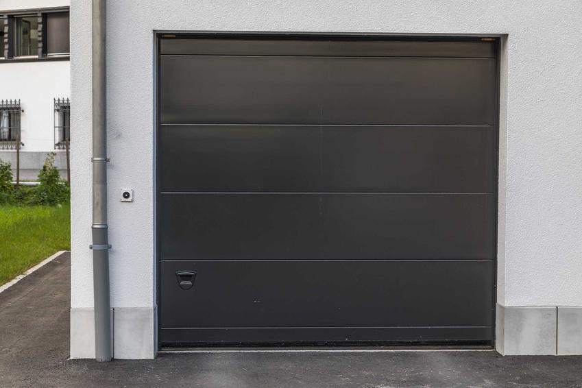 Brama garażowa z napędem w garażu wolnostojącym, a także rodzaje bram, ceny, sposoby montażu i opinie użytkowników