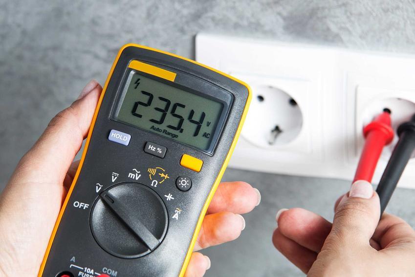 Mierzenie przepływu prądu w gniazdku elektrycznym miernikiem elektrycznym, a także rodzaje, producenci, opinie i zastosowanie