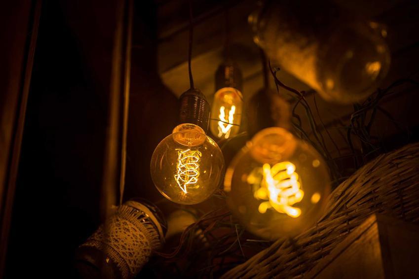 Żarówki emitujące żółte, ciepłe światło, a także informacje o barwach światła, rodzaje, informacje oraz przeznaczenie