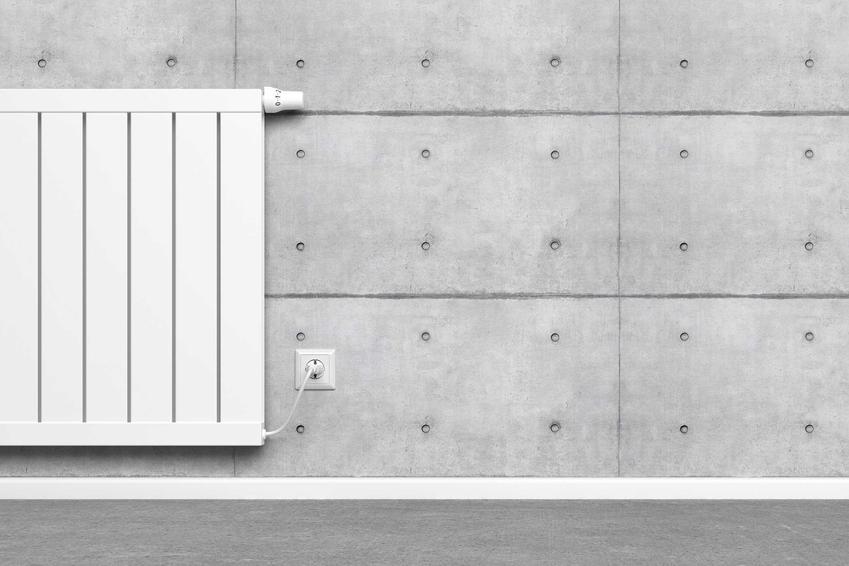 Grzejnik akumulacyjny elektryczny na betonowej ścianie, a także rodzaje, ceny, działanie oraz opinie