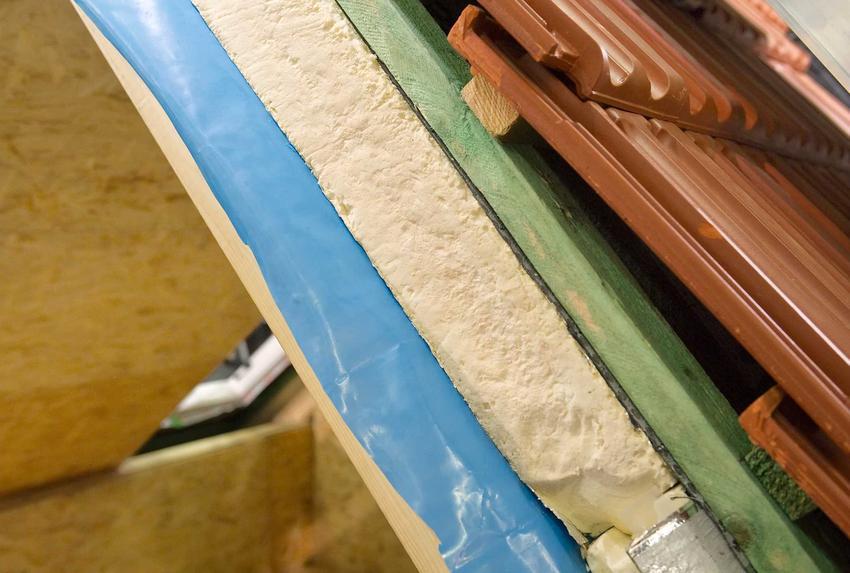 Przekórj izolacji dachu, w tym także folia paroizolacyjna, oraz inne rodzaje, materiały i zastosowanie folii