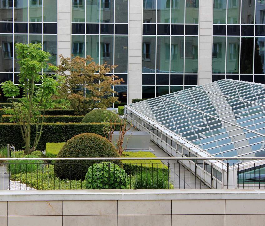 Szary dach obłożony blachodachówką, a także dach odwrócony, konstrukcja, wykonanie oraz materiały i porady