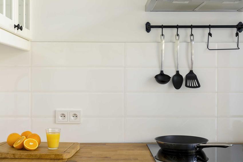 Dwa gniazdka nad blatem w kuchni, a także jak rozmieścić gniazdka w kuchni krok po kroku - praktyczny poradnik