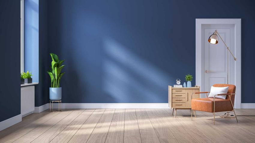 Białe listwy na niebieskim tle ściany, a także rodzaje, montaż, ceny oraz zastosowanie białych listew w mieszkaniu
