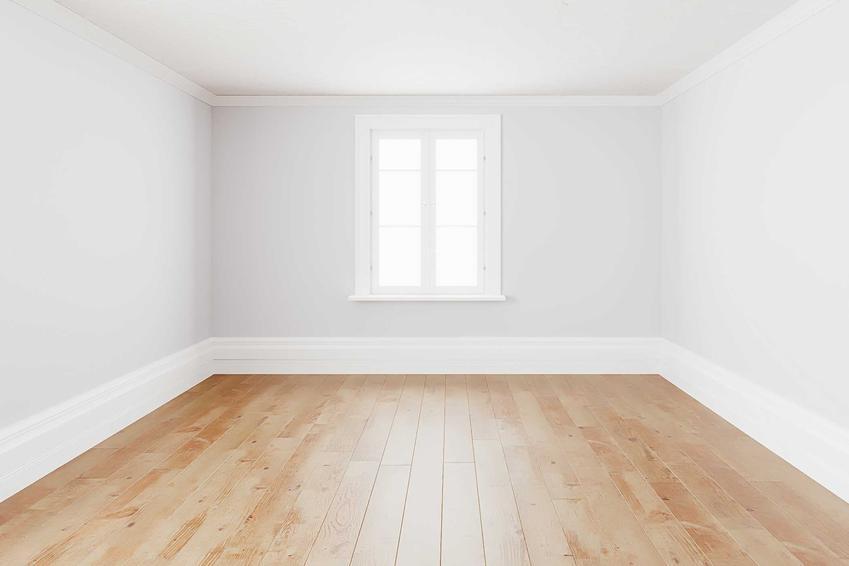 Białe listwy przypodłogowe przy podłodze drewnianej, a także ich zastosowanie, rodzaje, ceny oraz montaż