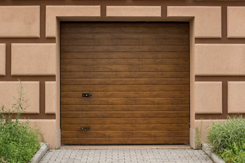 Drewniana brama garażowa uchylna, a także jej rodzaje, najlepsi producenci, polecane modele, montaż oraz ceny