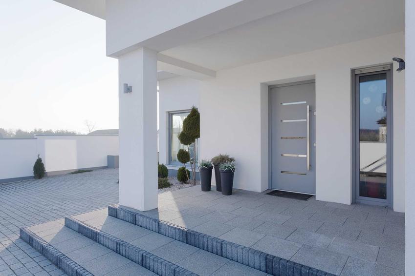 Drzwi stalowe zewnętrzne ze szklanymi wstawkami w domu jednorodzinnym, a także producenci, rodzaje, ceny oraz porady dla użytkowników
