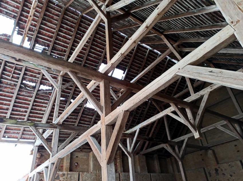 Drewniana więźba dachowa w domu jednorodzinnym, a także rodzaje wieźb, ceny oraz sposób montażu