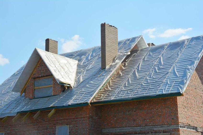 Membrana rozłożona na dachu domu jednorodzinnego, a także membrany dachowe, ich rodzaje, montaż, ceny i opinie użytkowniów