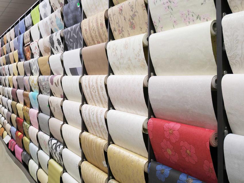 Różne tapety w sklepie, a także informacje, jak kłaść tapetę na ścianie, praktyczny poradnik krok po kroku