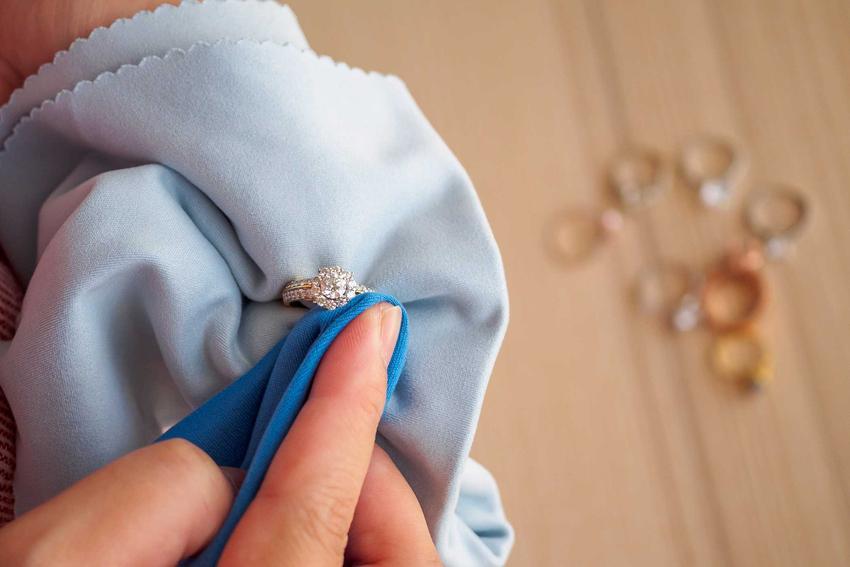 Czyszczenie srebrnego pierścionka ściereczką, a także informacje, czym wyczyścić srebro - TOP 5 sposobów na czyszczenie srebra