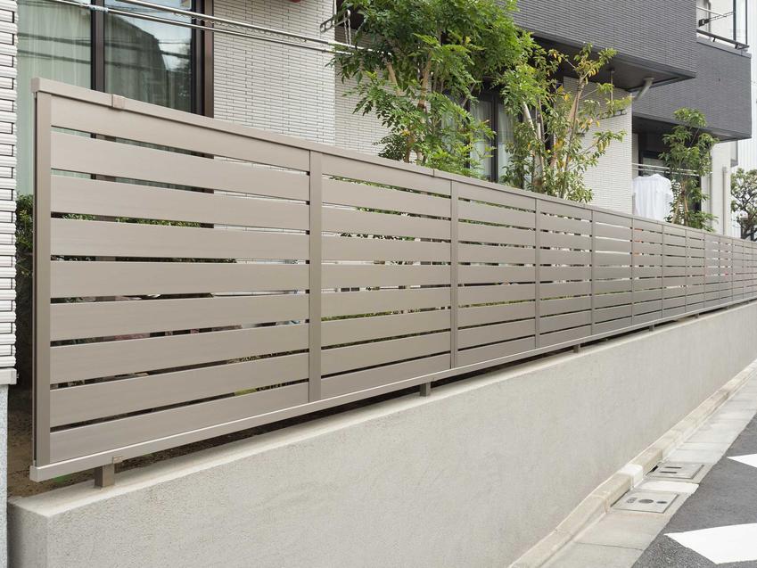 Podmurówka betonowa pod nowoczesne ogrodzie metalowe, a także rodzaje, producenci oraz ceny podmurówek betonowych