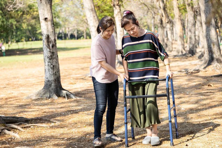 Świadczenie pielęgnacyjne dla osób, które zajmują się bliskimi niepełnosprawnymi, a także jego wysokość, zasady przyznawania i formalności