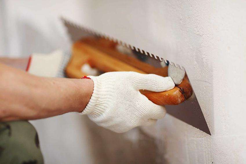 Wykonanie tynków to jeden z najważniejszych elementów wykończenia domu. Koszt jest zależny od wyboru materiałów i wielkści mieszkania.