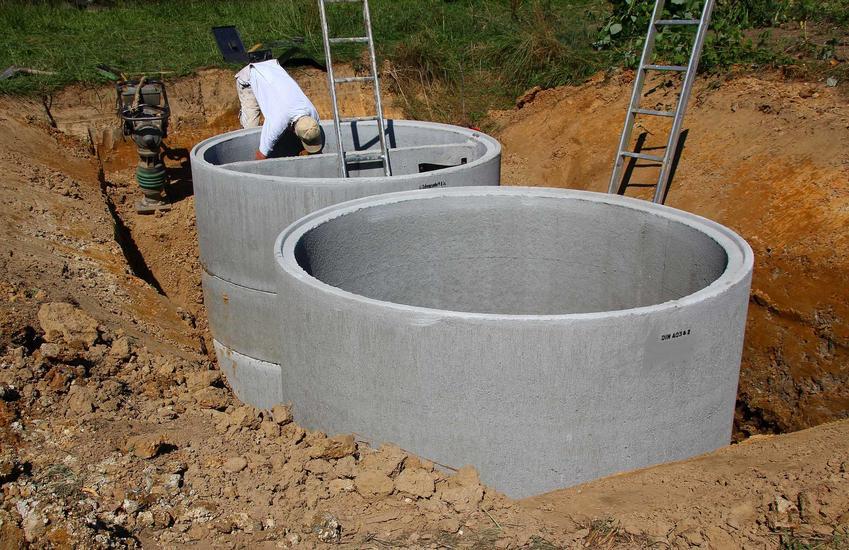Koszty wykonania szamba betonowego z kregów obejmują zarówno podłączenie, same materiały, jak i wynajem koparki.