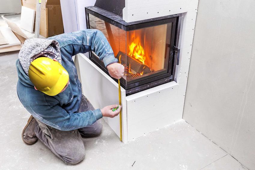 Obudowanie kominka za pomocą dekoracyjnych materiałów to świetne rozwiązanie. Można zrobić to za pomocą płyt gipsowych lub na przykład kamienia.