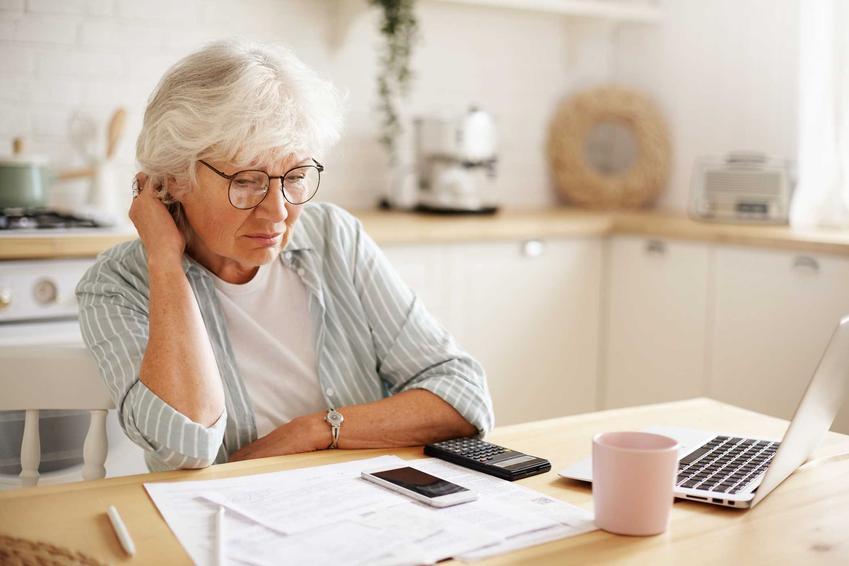 Starsza kobieta licząca środki, a także świadczenie przedemerytalne krok po kroku, czyli wysokość, kwota, zasady i wnioski do ZUS