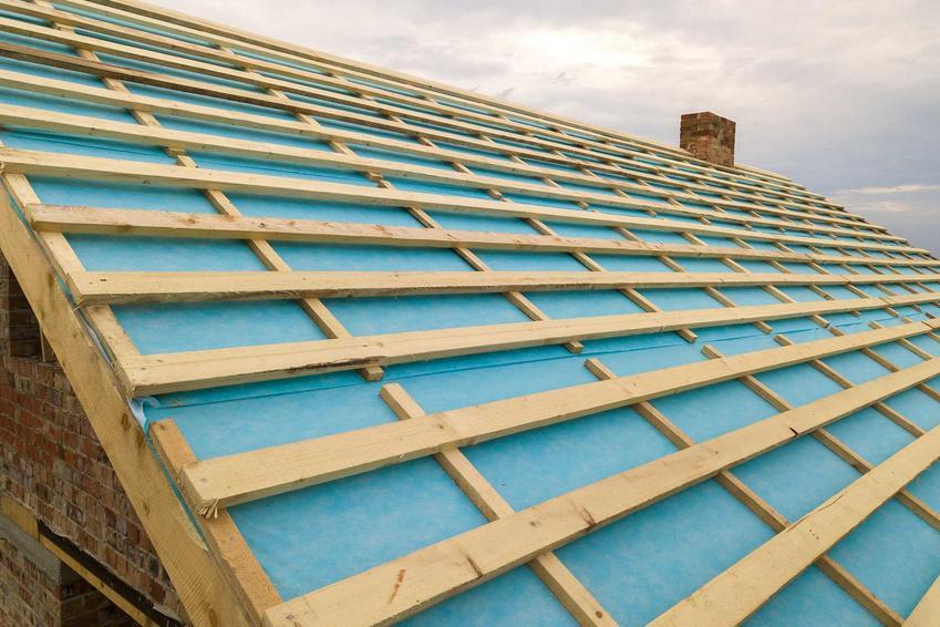 Folia rozłożona na dachu pod deskowaniem, a także cena, rodzaje, zastooswanie oraz sposób montażu
