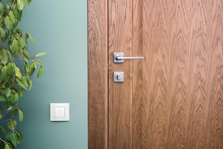 Drzwi drewniane osadzone na ościeżnicy nakładkowej, a także ościeżnice nakładkowe, ich rodzaje, sposób montażu, zastosowanie i ceny