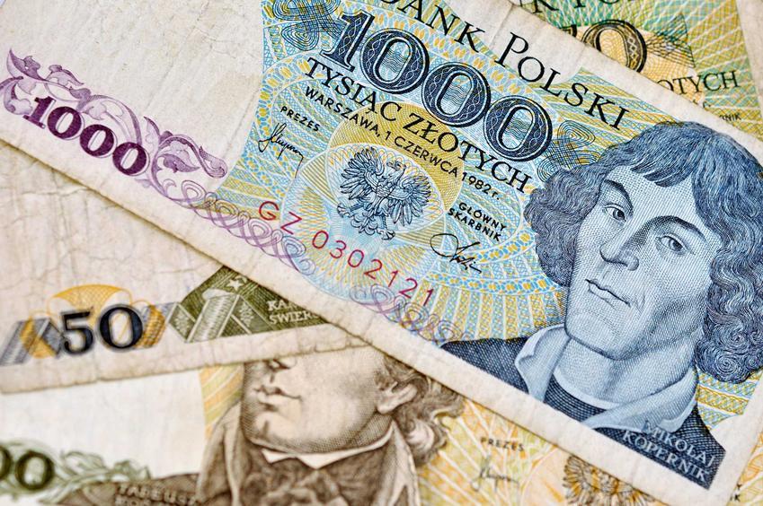 Stare polskie banknoty leżące na kupce, a także cennik starych polskich banknotów, czyli ile kosztują stare banknoty