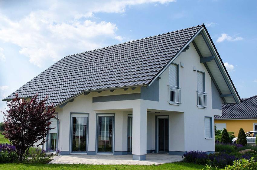 Szary dach dwuspadowy na domku jednorodzinnym, a także projekty dachu dwuspadowego, materiały oraz wykonanie