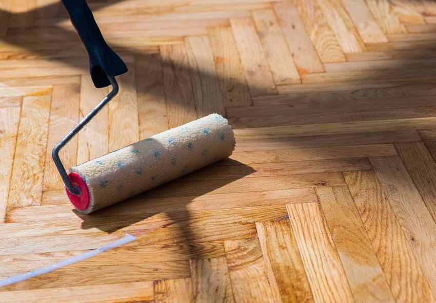 Renowacja parkietu poprzez nakładanie nowej warstwy oleju na parkiet, a także najlepsze metody, preparaty oraz wykonanie renowacji krok po kroku