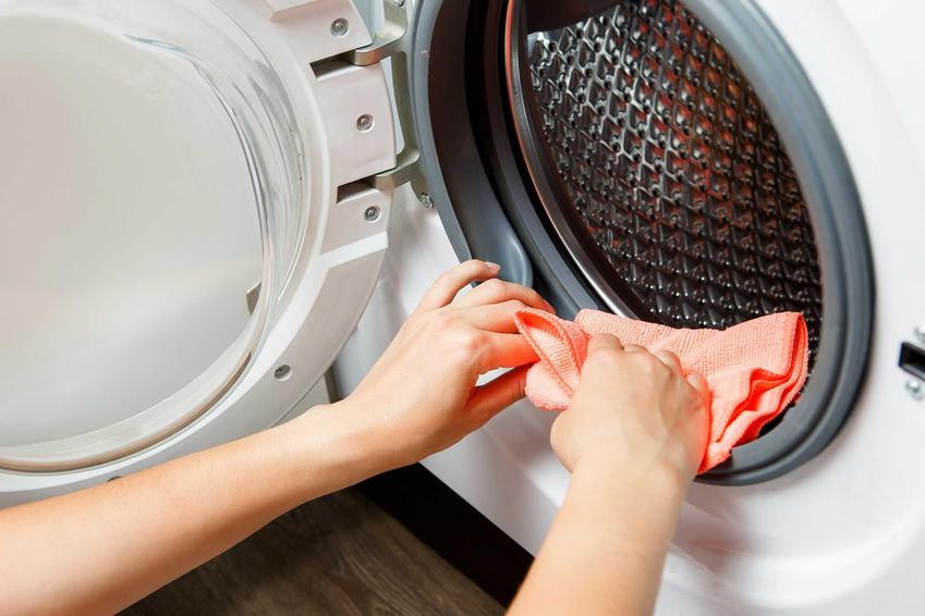 Czyszczenie uszczelek w pralce, a także jak wyczyścić pralkę krok po kroku, czyli sposoby na czyszczenie pralki, pozbycie się brudu oraz pleśni
