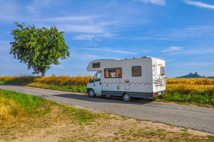 Kamper jadący po drodze, a także ceny kamperów krok po kroku, czyli ile kosztuje nowy i używany kamper