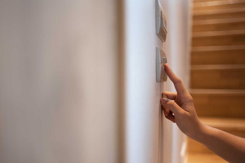 Włącznik umieszony na schodach, a także informacje, jak podłączyć włącznik schodowy krok po kroku, schemat instalacji
