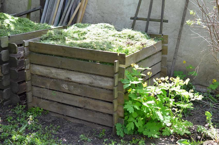 Kompostownik ze skrzynek stojący w ogrodzie na tarasie, a także jak zrobić kompostownik domowy - najważniejsze informacje