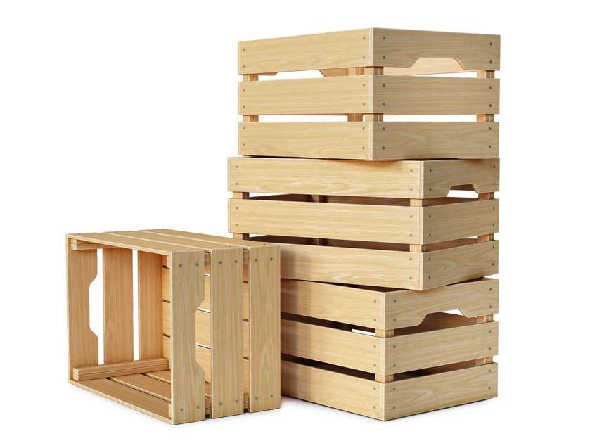 Skrzynki drewniane czekające na wykorzystanie, a także jak zrobić stolik ze skrzynek oraz praktyczny poradnik krok po kroku