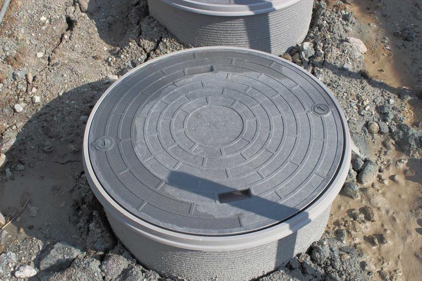 Szambo ekologiczne z tworzywa sztucznego zamontowane w ogrodzie to świetne rozwiązanie. Świetnie się sprawdza, jeśli na posesji jest studnia z wodą pitną.