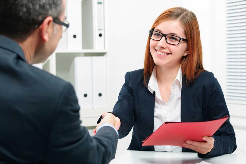 Pracownica agencji pracy tymczasowej zatrudniająca pracownika do leasingu, a także leasing pracowników w pigułce, czyli wynajem pracowników