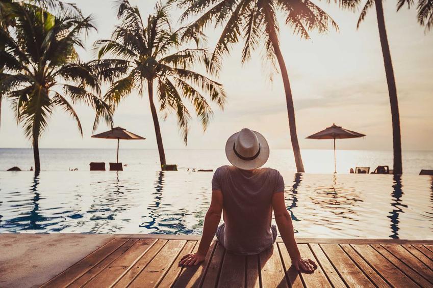 Mężczyzna wypoczywający na urlopie, a także czy pracodawca może odmówić urlopu wypoczynkowego krok po kroku, czyli odmowa urlopu w pigułce
