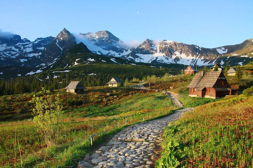 Widok na Tatry, a także informacje, ile kosztują wakacje w polskich górach Tatrach, Karkonoszach czy Bieszczadach