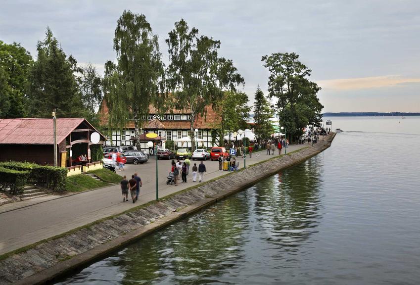 Widok na brzeg jeziora w Giżycku, a także ile kosztują wakacje na Mazurach oraz w różnych miejscowościach nad jeziorem