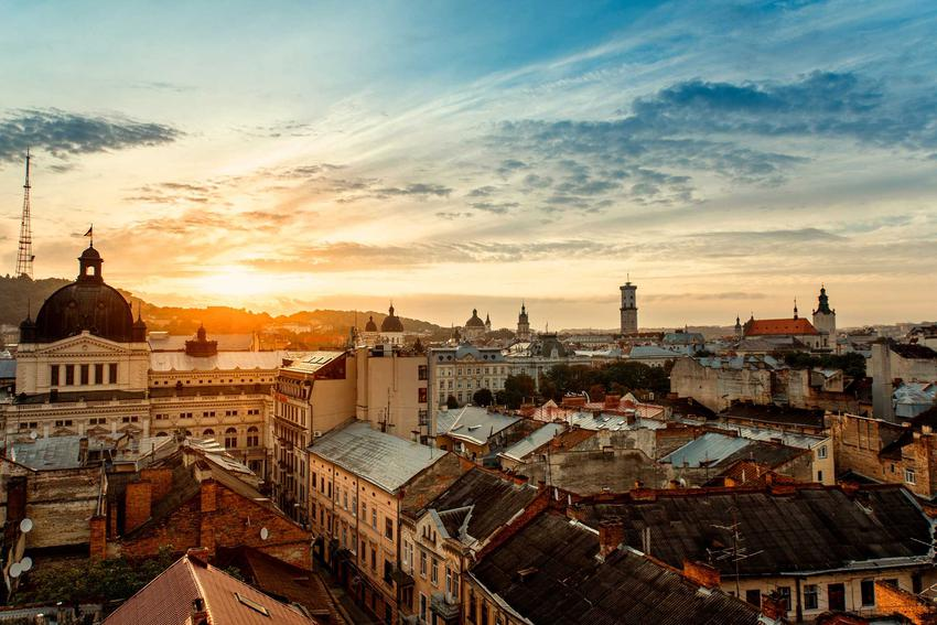 Widok Lwowa podczas wschodu słońca, a także ceny na Ukrainie i w ukraińskich miastach - ile kosztują podstawowe produkty, jak żywność czy benzyna?