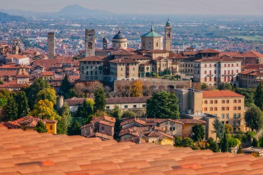 Widok na włoskie miasteczko, a także ceny we Włoszech w 2021 roku, koszt podstawowych produktów i żywności