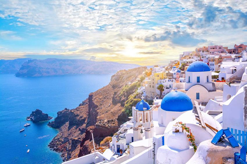 Widok na greckie miasto i zatokę, a także ile kosztują wakacje w Grecji 2021 rok, ceny jedzenia i noclegów
