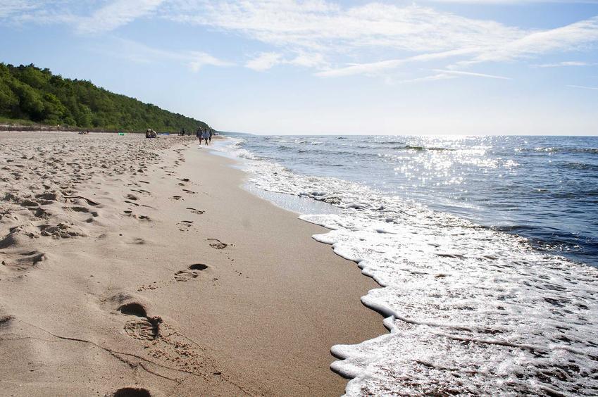 Bałtycka plaża latem, a także ceny nad polskim morzem, czyli ile kosztują wakacje nad Bałtykiem w 2021 roku, koszt noclegów i jedzenia w różnych miastach