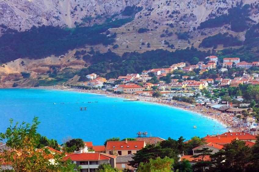 Widok na chorwacką zatokę na wyspie Krk w miejscowości Baszka, a także ceny w Chorwacji w tym i innych miastach w 2021 roku