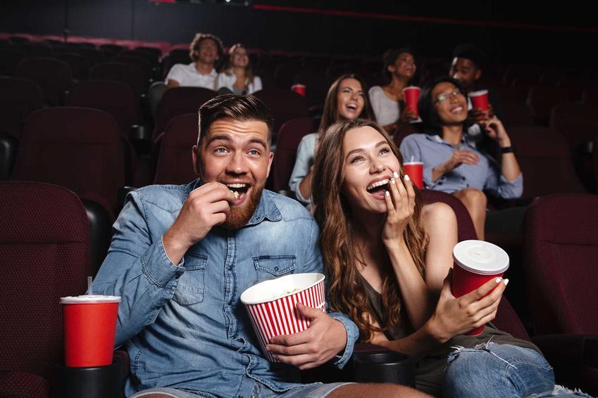 Para siedząca w kinie, a także ceny biletów do kin w całej Polsce, czyli ile kosztuje bilet do kina studyjnego, ile do multipleksu