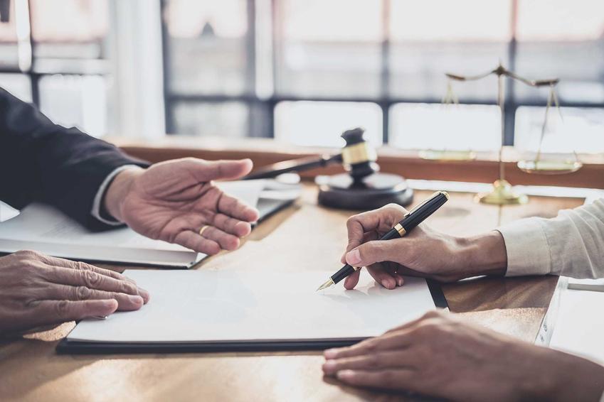 Osoby podpisujące dokumenty u prawnika, a także zrzeczenie się spadku krok po kroku, przepisy prawne i najlepsze sposoby