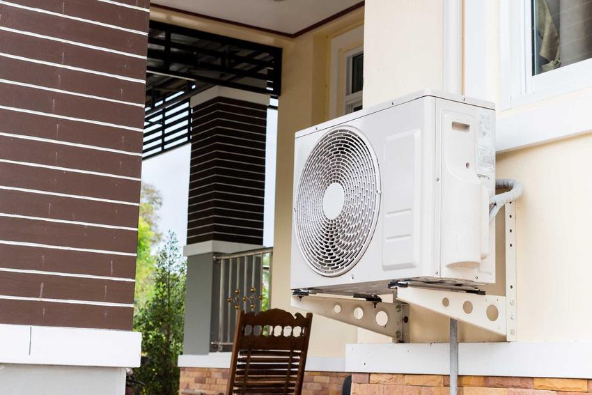 Pompa ciepła przymocowana do domu, a także sposoby działania pomp ciepła różnego rodzaju